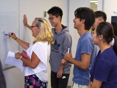 Partir en demi-pair en Nouvelle-Zélande à Auckland - élèves et professeur au tableau