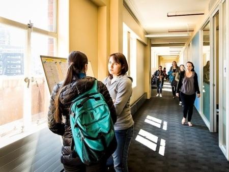 Etudiants dans un couloir