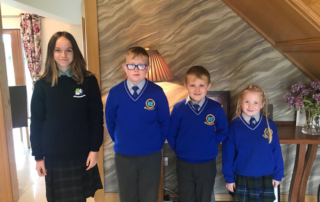 Ema avec ses frères et sœur d'accueil en Irlande