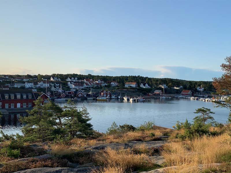 Scolarité en Norvège lac et maisons