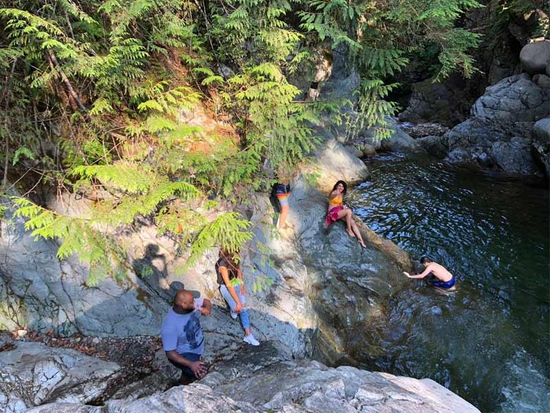baignade improvisée pendant l'excursion