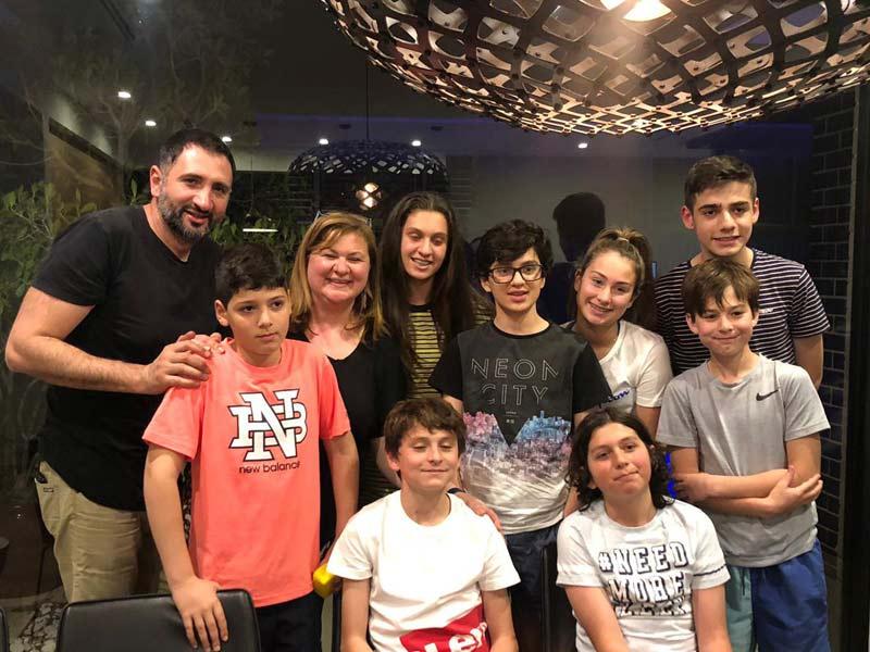 Esteban avec sa famille d'accueil