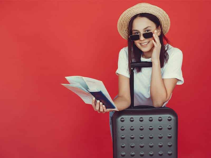 jeune femme souriant partant à l'étranger