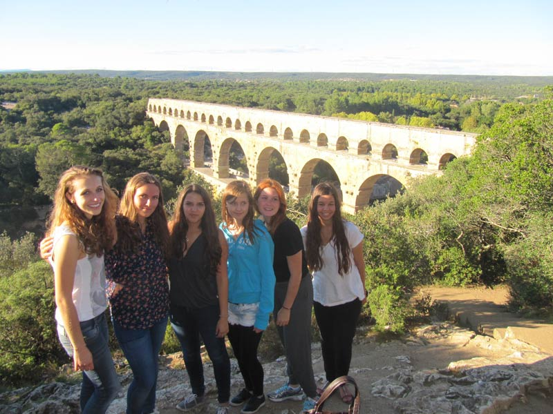 students in front of Pont du Gard