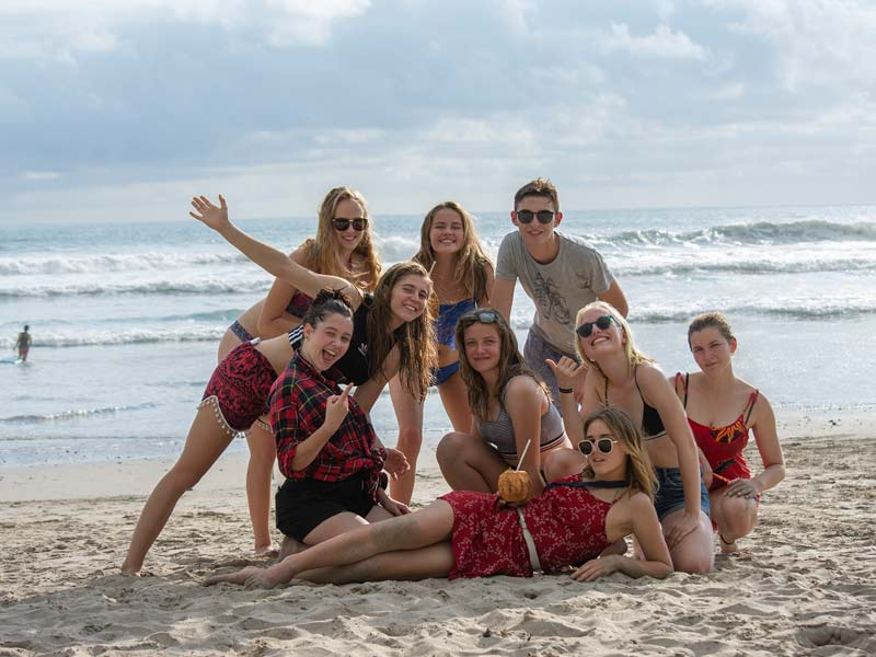 groupe d'élèves à la plage