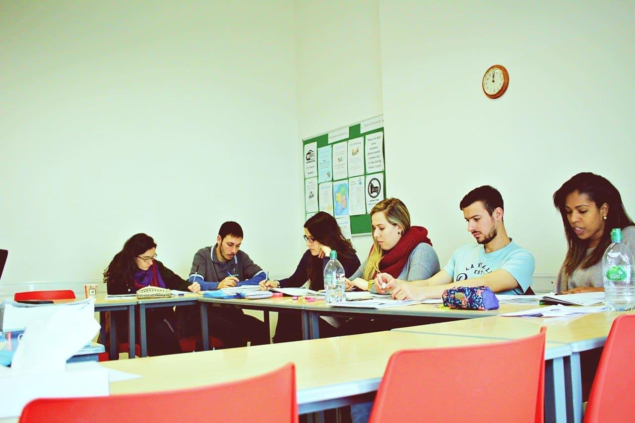 étudiants en classe d'anglais